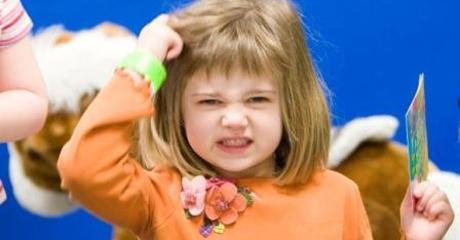 Первые признаки вшей у ребенка: зуд головы